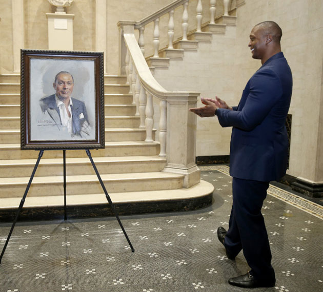 Eddie George admires the work of noted portraitist Everett Raymond Kinstler during an unveiling ceremony at the Fine Arts Gallery July 10. (Vanderbilt University)