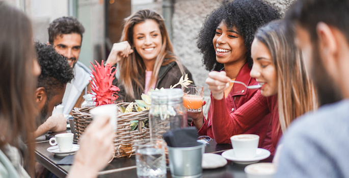 Group of happy multiethnic friends drinking coffee and cappuccino at vintage bar outdoor - Young millennials people doing breakfast together - Friendship, youth and food concept - Focus on afro girl face (Group of happy friends drinking coffee and cappuccino at v