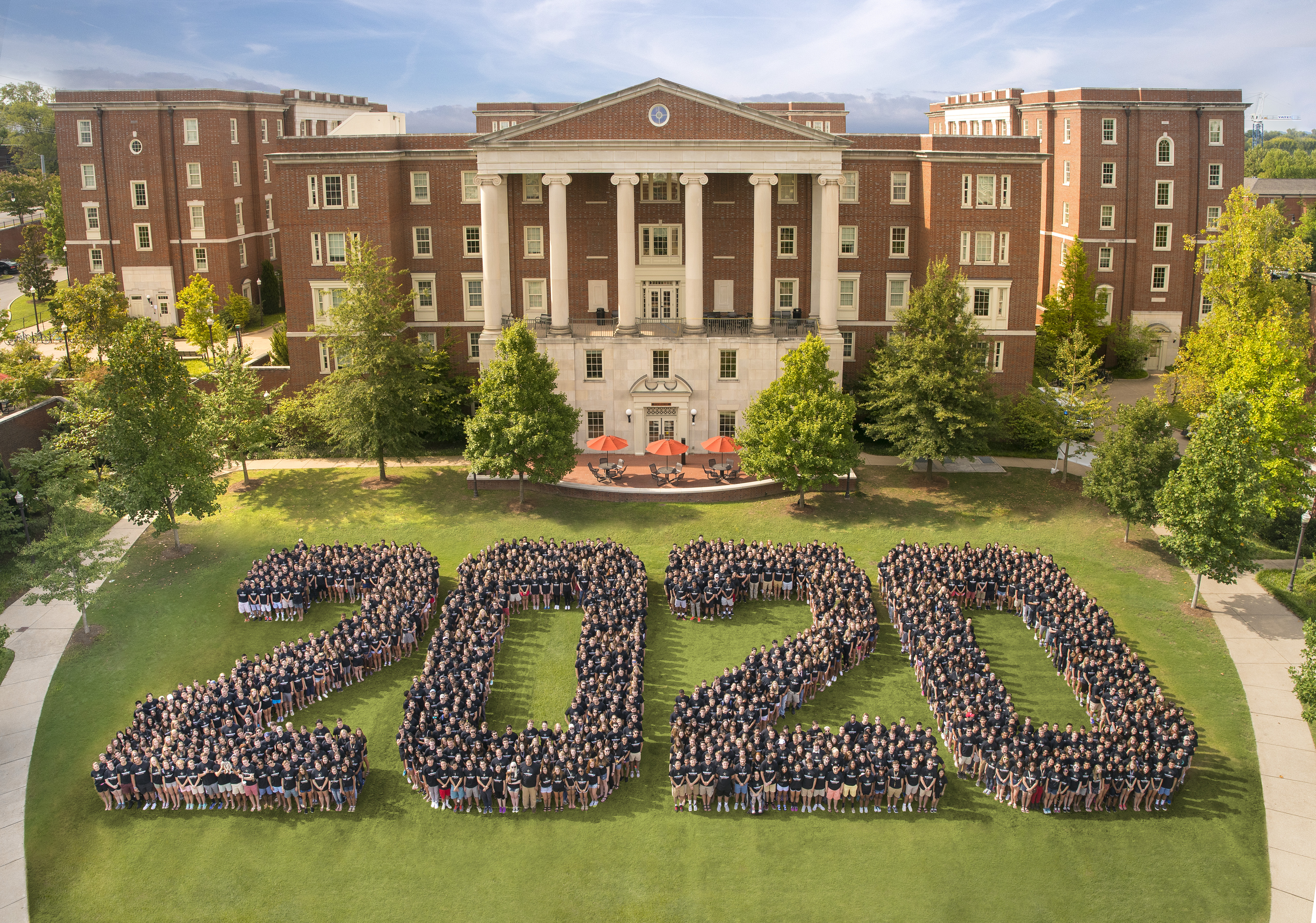 The Class of 2020 posed for a class photo as first-year students on The Martha Rivers Ingram Commons in August 2016. (Vanderbilt University)