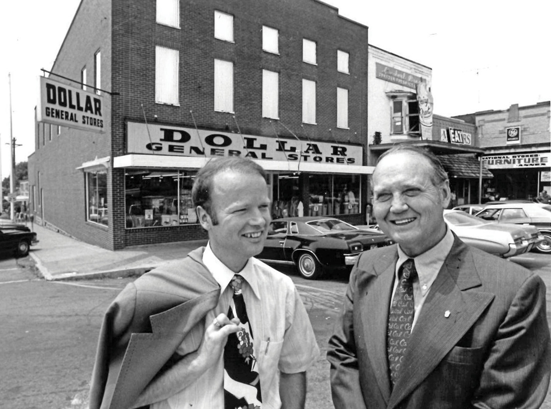 photo of Cal Turner Sr. and Cal Turner Jr. in front of Scottsville, Kentucky, store