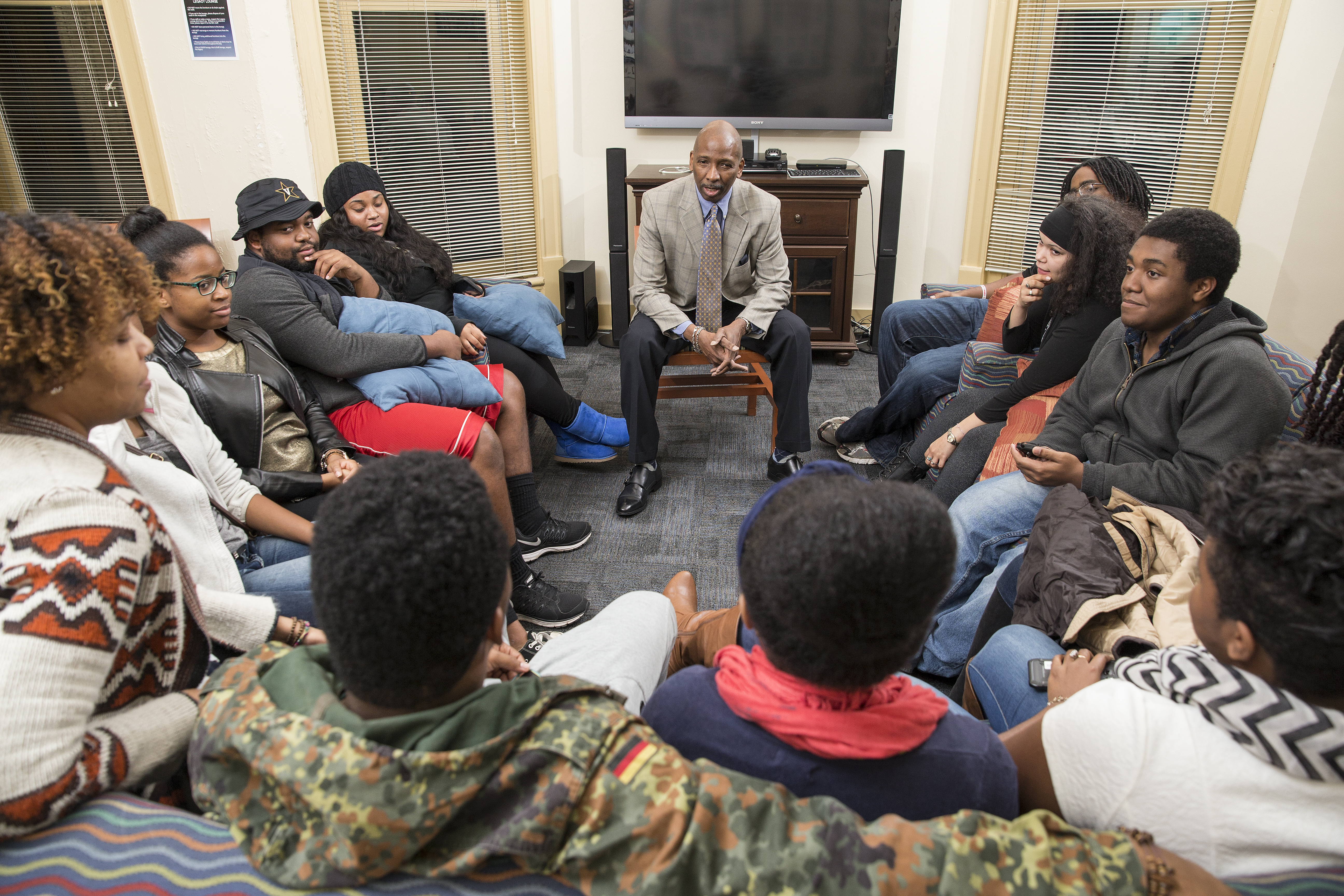 Associate Dean Frank Dobson hosts a discussion for students.